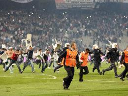 Chaotische Szenen in Istanbul führten zum Abbruch des Derbys zwischen Besiktas und Galatasaray.