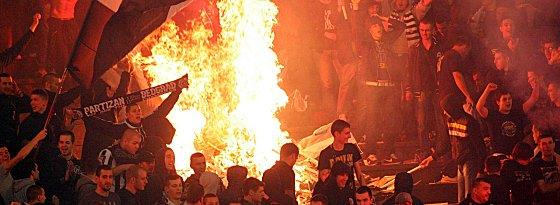 Partizan-Hooligans zünden Feuer