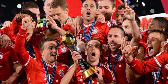 Bayern-Kapitän Philipp Lahm präsentiert den Klub-WM-Pokal