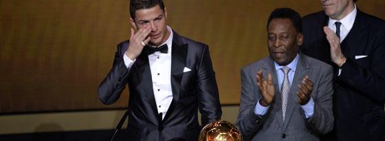 Zu Tränen gerührt: Cristiano Ronaldo nahm den Ballon d'Or aus den Händen von Pelé entgegen.
