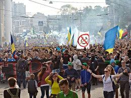 Die Unruhen in der Ukraine weiteten sich auch auf die Begegnungen der Fußball-Liga aus. Der Verband hat nun reagiert.