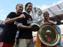 Double-Jubel: Jubel Kevin Kampl, Trainer Roger Schmidt und Alan Douglas Borges De Carvalho (re.).
