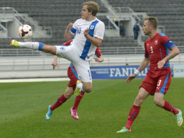 Ex-Bundesligaprofis unter sich: Finnlands Teemu Pukki (li., FC Schalke 04) im Duell mit Tschechiens Michal Kadlec (Bayer Leverkusen).