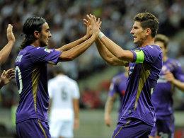 Mario Gomez (r.) jubelt gegen Real Madrid mit Alberto Aquilani