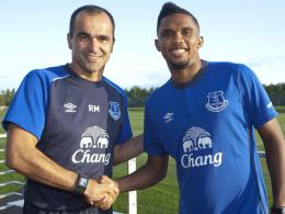 Hand drauf: Samuel Eto'o (re.) gehört in Zukunft zu den Schützlingen von Everton-Trainer Roberto Martinez.