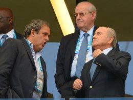 Michel Platini und Sepp Blatter (r.)