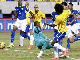 Zugeschlagen: Willian drückt den Ball an Dominguez vorbei ins Tor.
