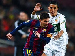 Lionel Messi gegen Faycal Fajr (v.li.)