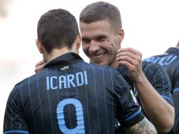 Bejubelt gegen Genua das 2:0: Lukas Podolski mit Torschütze Mauro Icardi