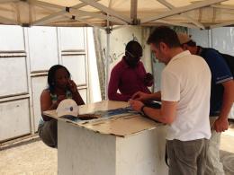 Schweißtreibend: kicker-Redakteur Hardy Hasselbruch beim SIM-Karten-Kauf in Malabo.