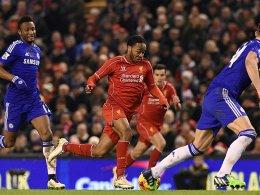 Enge Ballführung: Liverpools Sterling beim Dribbling.
