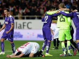 Des einen Freud' ist des anderen Leid: Während Sevillas Iborra am Boden kauert, freuen sich die Espanyol-Akteure.