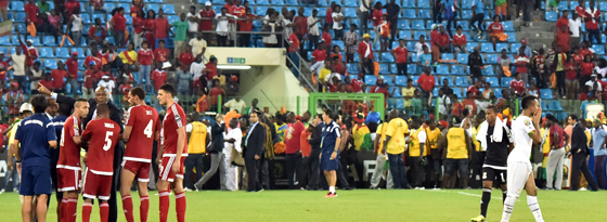 Weiterspielen nicht möglich: Ghanaische Fans versammelten sich zum eigenen Schutz am Spielfeldrand.