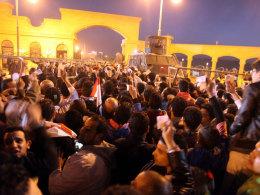 Kurz vor der Tragödie: Zamalek-Fans warten vor den Stadiontoren - umgeben von Zäunen aus Stacheldraht. Viele halten ein Ticket hoch.