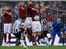 Carlos Tevez hat den Dreh bei diesem Freistoß heraus - das 1:0 für Juventus Turin.