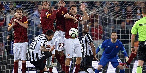 Carlos Tevez hat den Dreh bei diesem Freisto� heraus - das 1:0 f�r Juventus Turin.