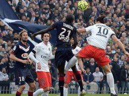 Ausgerutscht: Ibrahimovic (re.), hier im Kopfballduell mit Yambere, verlor mit PSG.