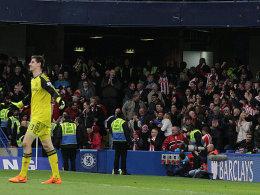 Während im Hintergrund Stoke-Fans jubeln, ist er restlos bedient: Chelsea-Schlussmann Thibaut Courtois.