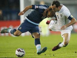 Südamerikanische Gangart: Javier Mascherano (li.) im Duell mit Uruguays Diego Godin.