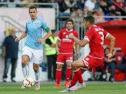 Miroslav Klose (li.) im Duell mit Leon Balogun: Die Mainzer bescherten dem Weltmeister einen tollen Empfang.