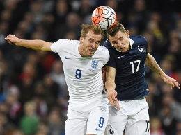 Englands Harry Kane und Frankreichs Lucas Digne.