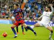 Den Ball wollte er definitiv nicht erwischen: Reals Isco tritt �bel gegen Neymar (l.) nach.