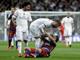 Lässt sich von einem missglückten Clasico nicht unterkriegen: Real-Kapitän Sergio Ramos (Mitte, mit Luis Suarez).