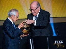 Blatter übergibt den Award 2015 an den Japaner Hiroshi Kagawa