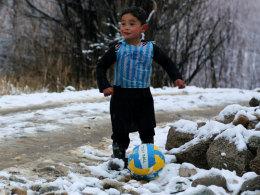 Den (Volley-)Ball am Fuß - und natürlich am linken. Murtasa Ahmadi hofft auf ein Treffen mit seinem Idol Lionel Messi.