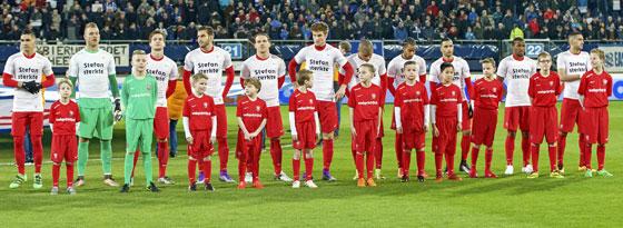 Theskers Kollegen in Enschede unterstützen den Defensivspieler.