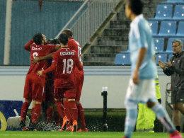 Torjubel im Regen: Der FC Sevilla sicherte sich bei Celta Vigo die Finalteilnahme.