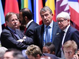 Rainer Koch, Wolfgang Niersbach und DFB-Vizepräsident Dr. Reinhard Rauball (v.l.) verfolgen die Wahl.