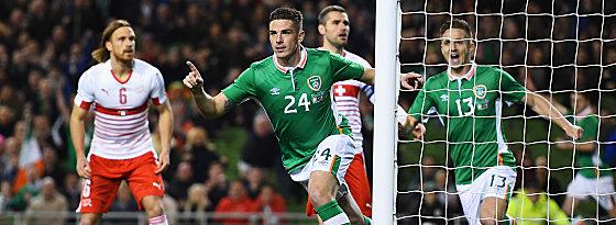 Blitzstarter: Irlands Clark (Mi.) bejubelt sein soeben erzieltes 1:0.