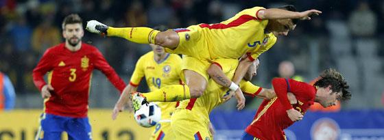 Scheute auch nicht den Kampf mit zwei Rumänen: Spaniens Debütant Sergi Roberto (r.).