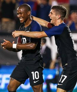 Premierentor: Christian Pulisic (re.) von Borussia Dortmund traf f�r die USA und freut sich mit Darlington Nagbe.