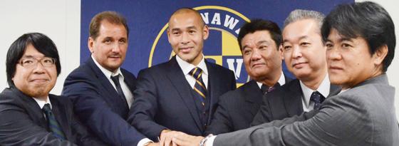 Naohiro Takahara (Mitte) zusammen mit u.a. Thomas Kroth (2.v.l.).