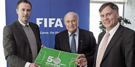 FIFA-Präsident Sepp Blatter (Mi.) mit den kicker-Chefredakteuren Jen-Julien Beer (li.) und Rainer Franzke.