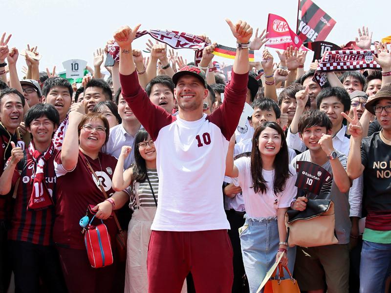 Anspannung, Baby, Rind: Podolski bei Vissel Kobe vorgestellt