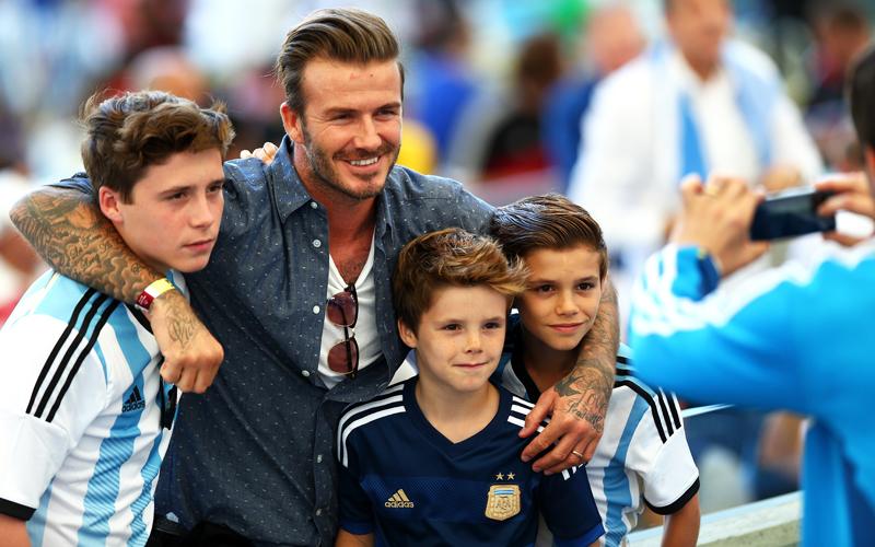 Der Hype um David Beckham ist auch zwei Jahre nach seinem Karriereende ungebrochen. Der frühere englische Nationalspieler wird jetzt 40 - und geht in der Vater-Rolle auf. Auch beim WM-Finale hatte der Star seine drei Söhne Brooklyn, Cruz und Romeo (v. li. nach re.) dabei.
