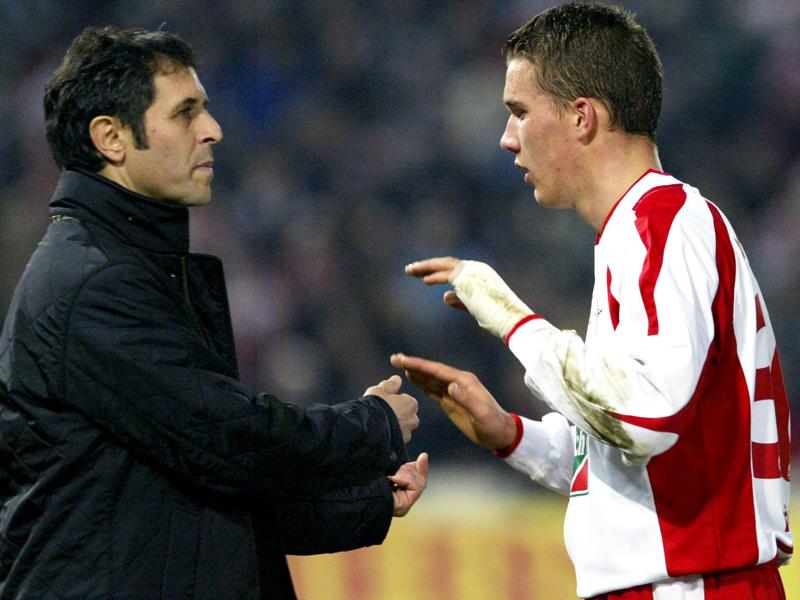 Marcel Koller (li.) war es, der Lukas Podolski im Jahr 2003 mit 18 Jahren ins kalte Wasser warf. Zehn Tore in 19 Spielen - der Newcomer schlägt in Köln wie eine Bombe ein.