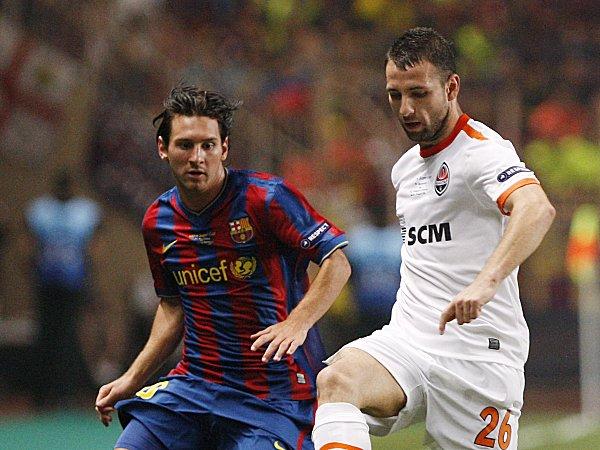 Rat behauptet sich gegen Barcelonas Messi (li.).
