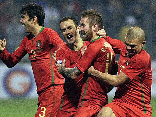 Entscheidender Mann: Raul Meireles (2. v. re.) besorgte den knappen 1:0-Sieg in Zenica.