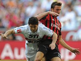 Sao Paolos Aloisio kann sich gegen Mailands Cristante nicht durchsetzen.