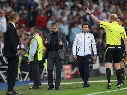 Daumen hoch! José Mourinho zeigt, was er von seinem Platzverweis hält. Links Pep Guardiola.