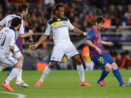 Mit allen Mitteln verteidigen: Beim FC Chelsea hilft auch Torjäger Didier Drogba (re. Lionel Messi) hinten aus.