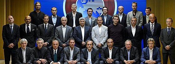Die Elitetrainer Europas um UEFA-Präsident Michel Platini (vorne Mitte) - darunter auch Jürgen Klopp (hinten links) und José Mourinho (mittlere Reihe, 3.v.r.).