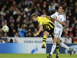 Reus zieht wuchtig ab und macht das 1:0 für den BVB bei Real Madrid - Arbeloa kommt zu spät.