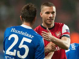 Klaas-Jan Huntelaar begrüßt Lukas Podolski im Hinspiel