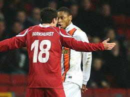 Luiz Adriano wird von Michael Parkhurst zur Rede gestellt
