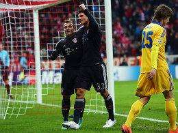 Vorlagengeber Shaqiri und Torschütze Gomez freuen sich über das 1:0.